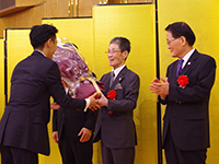 Present of 50 roses' bouquet from vice president to the Chairman with great appreciation.
