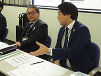 Mr.Suzuki Senior Managing Director mentioning his opinion. Mr.Yamashita Managing Executive Officer is hearing with a bitter face.