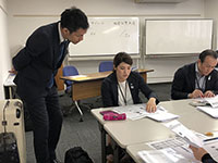 The lecturer from Tanabe management checked each group's work and adviced.