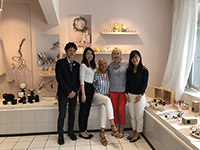 A commemorative photo with Ms. Aarikka, the founder of Aarikka, co., ltd. and her coworker. 。