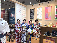 Here's the booth of SOU-SOU. Members here wore the SOU-SOU brand's Yukata. The Asian beauties!