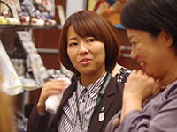 Ms. Kurata explaining our products to our customer.