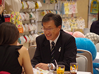 Mr. Kinoshita at Overseas Division in business meeting with a customer.
