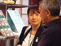 Ms. Ashizawa, a Sales, explaining the products to the guests.