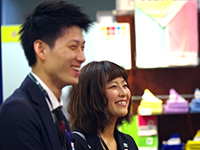 Mr. Enokida and Ms. Kobayashi responding to their customers with smiles.