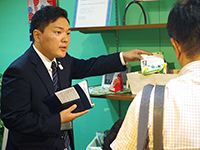 Mr.Kazawa explaining the products by showing them to guests.