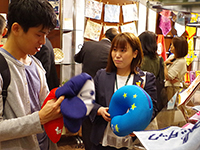 Ms. Kamasaki chief pick up product and explaining.
