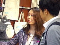 Our designer Ms. Takasawa chief explain product to the customer.